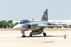BANGKOK - 23 DE MARZO: Salón aeronáutico tailandés del equipo de Breitling Jet Team Under The Royal Sky Breitling y de la fuerza a Fotografía de archivo libre de regalías
