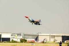 BANGKOK - 23 DE MARZO: Salón aeronáutico tailandés del equipo de Breitling Jet Team Under The Royal Sky Breitling y de la fuerza a Imagen de archivo