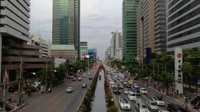 BANGKOK - 22 de mayo de 2018 opinión de Bangkok, opinión de la puesta del sol de Timelapse sobre tráfico delante del nonsi del ch almacen de video