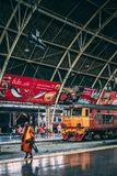 Bangkok, 12 15 2018: De monnik kruist het station in Bangkok De trein wacht op passagiers stock afbeelding