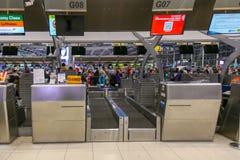 BANGKOK - 12 DE OCTUBRE: Los pasajeros llegan los contadores de enregistramiento Suva fotos de archivo
