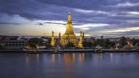 Bangkok, de oude tempel bij Schemering Stock Afbeelding