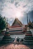 Bangkok, 12 11 18: De toeristen bezoeken het Grote Paleis in Bangkok Middagzon in perfecte vlek royalty-vrije stock afbeeldingen