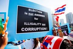 BANGKOK-DEC 22 :对稀土的未认出的泰国抗议者培养横幅 免版税库存图片