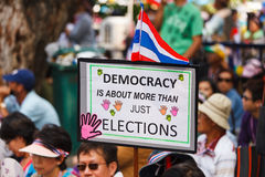 BANGKOK-DEC 22: Unidentified Thai protesters raise banners to re Royalty Free Stock Photos