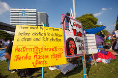 BANGKOK-DEC 22: Unidentified Thai protesters raise banners to re Stock Images
