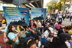 BANGKOK-DEC 22: Unidentified Thai protesters raise banners to re Stock Photography