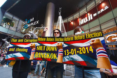 BANGKOK-DEC 22: Unidentified Thai protesters raise banners to re Stock Photo