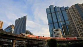 BTS skytrain biega przez Sathorn centrum biznesu w Bangkok Fotografia Royalty Free
