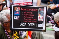 22 Bangkok-Dec: De niet geïdentificeerde Thaise protesteerders heffen banners aan Re op Stock Foto