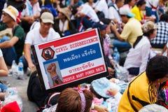 22 Bangkok-Dec: De niet geïdentificeerde Thaise protesteerders heffen banners aan Re op Royalty-vrije Stock Foto