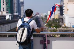 22 Bangkok-Dec: De niet geïdentificeerde Thaise protesteerders heffen banners aan Re op Royalty-vrije Stock Foto's