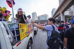 22 Bangkok-Dec: De niet geïdentificeerde Thaise protesteerders heffen banners aan Re op Stock Afbeelding