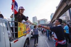 22 Bangkok-Dec: De niet geïdentificeerde Thaise protesteerders heffen banners aan Re op Royalty-vrije Stock Afbeeldingen