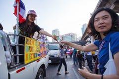 22 Bangkok-Dec: De niet geïdentificeerde Thaise protesteerders heffen banners aan Re op Royalty-vrije Stock Afbeelding