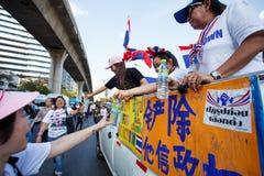22 Bangkok-Dec: De niet geïdentificeerde Thaise protesteerders heffen banners aan Re op Stock Fotografie