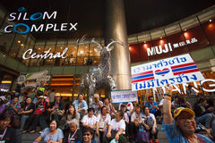 22 Bangkok-Dec: De niet geïdentificeerde Thaise protesteerders heffen banners aan Re op Stock Afbeeldingen