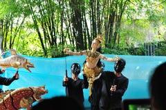 BANGKOK DEC 04: Niezidentyfikowani Tajlandzcy puppeteers pokazują Tha Zdjęcie Royalty Free
