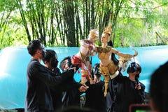 BANGKOK DEC 04: Niezidentyfikowani Tajlandzcy puppeteers pokazują Tha Obrazy Stock