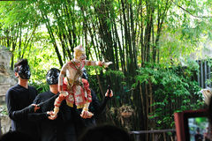 BANGKOK DEC 04: Niezidentyfikowani Tajlandzcy puppeteers pokazują Tha Obraz Stock