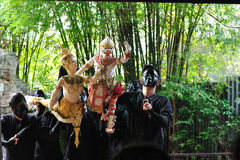 BANGKOK DEC 04: Unidentified Thai puppeteers are showing the Tha Royalty Free Stock Photos
