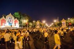 BANGKOK - DECEMBER 5: Det thailändska folket sitter utanför för att fira för den 85. födelsedagen av HMEN konungen Bhumibol Aduly Arkivfoto
