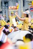 BANGKOK - DECEMBER 5: Det thailändska folket sitter utanför för att fira för den 85. födelsedagen av HMEN konungen Bhumibol Aduly Royaltyfria Foton
