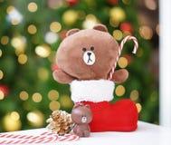 Bangkok - December 23, 2018: Ett foto av julbrunbjörnen i den röda julen startar att rymma godisrottingen Brunt är namnet av linj royaltyfri foto