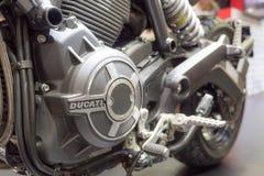 BANGKOK - 10. Dezember: Logo von Ducati-Motorrad auf Anzeige an Lizenzfreie Stockfotos