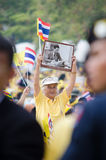 BANGKOK - 5. DEZEMBER: Thailändische Leute sitzen draußen, um für den 85. Geburtstag von MAJESTÄT König Bhumibol Adulyadej am 5.  Lizenzfreie Stockbilder
