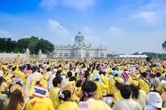 BANGKOK - 5. DEZEMBER: Thailändische Leute sitzen draußen, um für den 85. Geburtstag von MAJESTÄT König Bhumibol Adulyadej am 5.  Lizenzfreies Stockbild