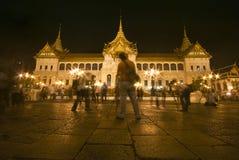 Bangkok el 7 de diciembre: Los turistas disfrutan de la noche en el PA magnífico Foto de archivo libre de regalías