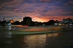 Bangkok flod på solnedgången royaltyfri foto