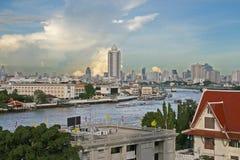 Bangkok-Fluss und im Stadtzentrum gelegenes lizenzfreie stockbilder