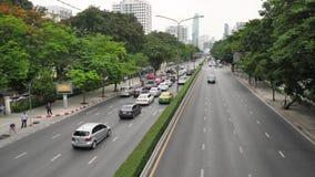 BANGKOK - 9 GIUGNO: Scena della via della Tailandia Bangkok con ingorgo di traffico pesante sulla strada di Sukhumvit la strada p video d archivio