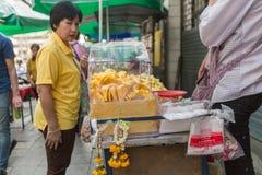 Bangkok - 20 giugno 2015: Un commerciante non identificato vende il durian, un genere di frutta tailandese fotografia stock