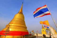 Bangkok-goldener Gebirgstempel und Thailand-Markierungsfahne Stockbilder