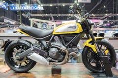 BANGKOK - Grudzień 10: Ducati scrambler na pokazie przy silnikiem Exp zdjęcia royalty free