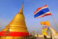 Bangkok guld- bergtempel och Thailand flagga Arkivbilder