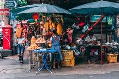 Bangkok, 12 11 18: Het leven in de straten van Bangkok De verkopers verkopen hun goederen in de straten royalty-vrije stock afbeeldingen