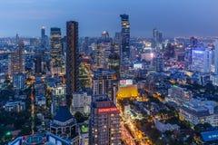 Bangkok horisont på natten från hotell för Banyanträd Arkivfoto