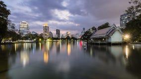 Bangkok, 27, 2017: Horizonte de Bangkok del parque de Lumpini en la noche Noche Vieja chino Fotos de archivo