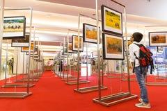BANGKOK-JAN 05: Niezidentyfikowana Tajlandzka chłopiec patrzeje fotografie w ` Ma Fotografia Stock