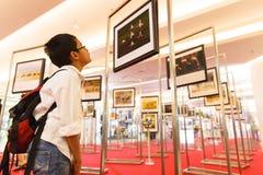 BANGKOK-JAN 05: Niezidentyfikowana Tajlandzka chłopiec patrzeje fotografie w ` Ma Zdjęcie Royalty Free