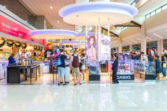 BANGKOK 14. JANUAR: Nicht identifizierte Leute in König Power Duty Free kaufen bei Don Mueang International Airport, Bangkok am 1 Stockfotografie