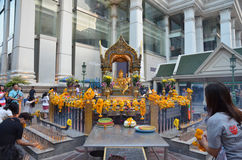 BANGKOK - JANUARI 2014: De mensen bidden eerbied het heiligdom van het vier-onder ogen gezien Brahma-standbeeld Royalty-vrije Stock Afbeeldingen