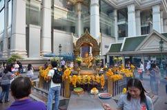 BANGKOK - JANUARI 2014: De mensen bidden eerbied het heiligdom van het vier-onder ogen gezien Brahma-standbeeld Stock Foto