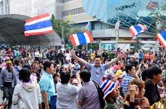 22 Bangkok-januari: De niet geïdentificeerde protesteerders verzamelen Patumwan-kruising aan antioverheid en vragen om vóór verkie Royalty-vrije Stock Foto's