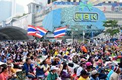 22 Bangkok-januari: De niet geïdentificeerde protesteerders verzamelen Patumwan-kruising aan antioverheid en vragen om vóór verkie Royalty-vrije Stock Foto