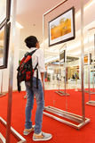 05 Bangkok-januari: Niet geïdentificeerde Thaise jongen die foto's in ` Ma bekijken Royalty-vrije Stock Foto